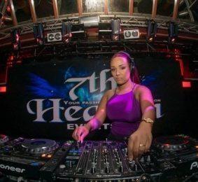 Feamle DJ Lola Carrera boeken
